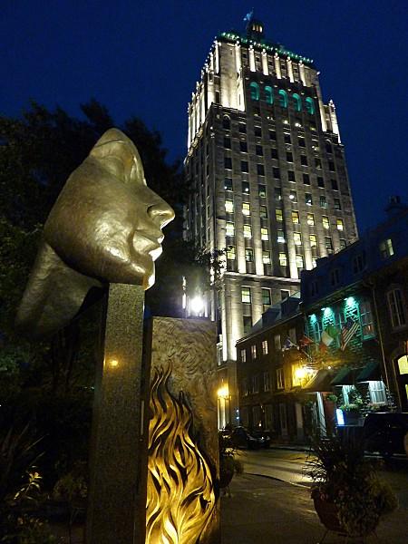 Québec Edifice Price et statue b