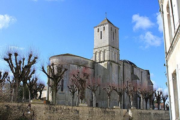 st romain de benet 4 l'église