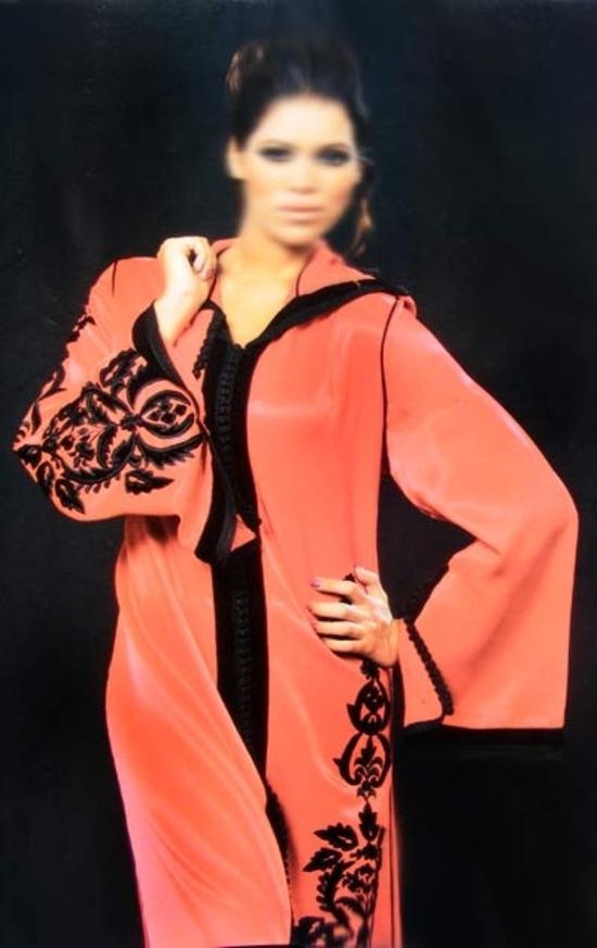 Djellaba rouge brodé avec un style marocaine. S541