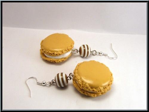 Boucles d'oreille macaron caé/vanille en pâte fimo et perle lucite.