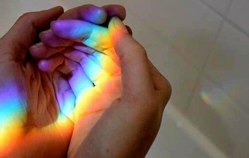 mains arc en ciel, la magie de rencontrer la bonne personne