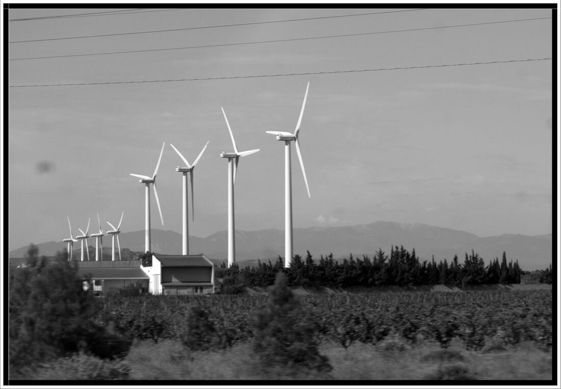 Les éoliennes de Narbonne en noir et blanc