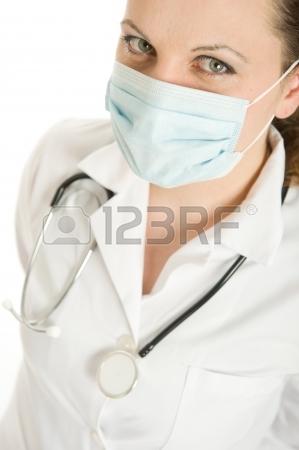 Femme médecin avec une blouse de laboratoire et d'un stéthoscope porter un masque Banque d'images - 13768138