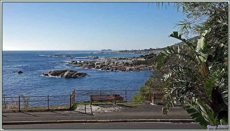 Epuisés par la longue marche sur tout le front de mer de Camps Bay, nous réintégrons notre chambre et profitons du paysage depuis son balcon - Le Cap - Afrique du Sud