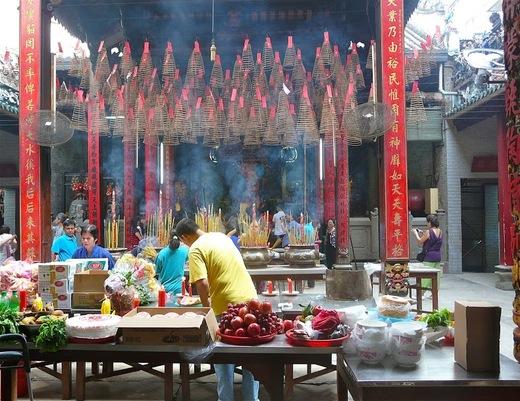 cérémonie dans un temple taoiste de Saïgon