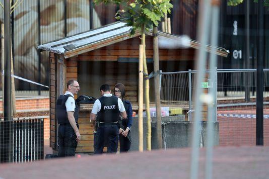 Un périmètre de sécurité a été installé devant l'hôtel de police de Charleroi, le 6 août.
