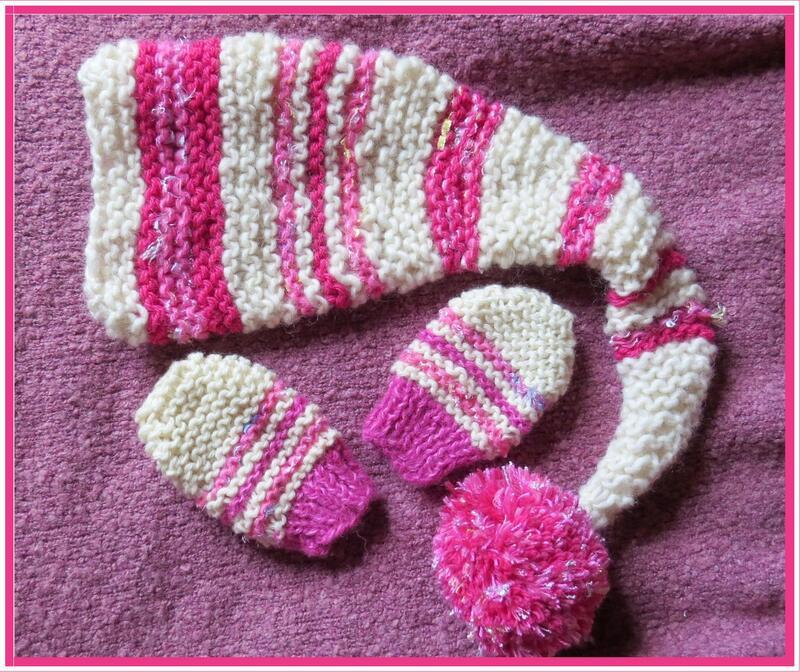 Ensemble bonnet de lutin et moufles rose framboise