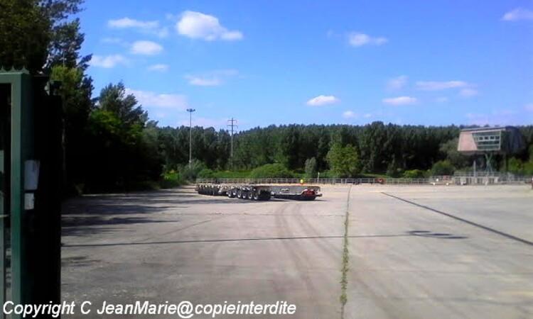 Airbus 380 a Langon,chargement d'une aile de l'avion sur une plate forme afin de l'accrocher au camion prêt a partir pour Toulouse