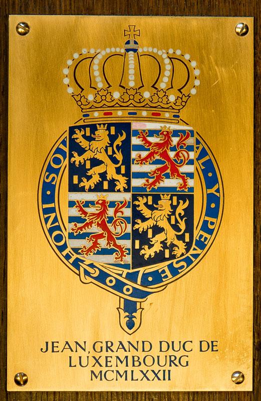 Récupération de la bannière de l'ordre de la jarretière de S.A.R. le Grand-Duc Jean