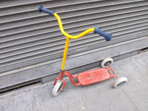 Trottinette rouge à trois roues
