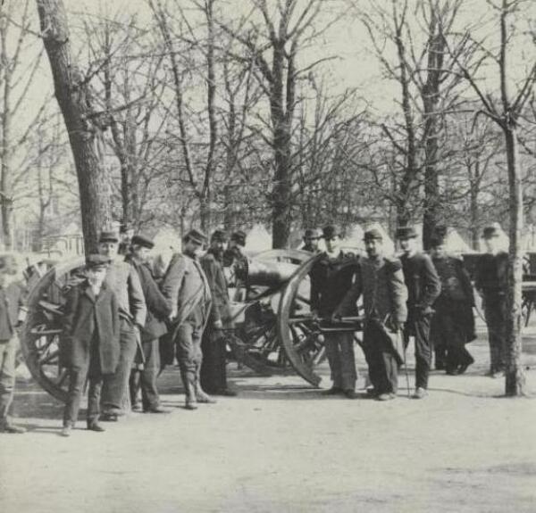 Le jardin du Luxembourg occupé par l'armée. mars 1871 (vue stéréoscopique d'Hippolyte Blancard. 1843-1924. Source : Bibliothèque historique de la Ville de Paris).