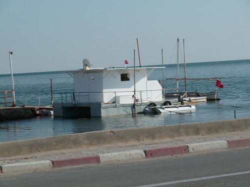 Maison flottante, habitée, au port d'Ajim