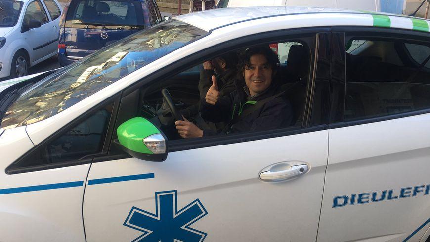 Osama, au volant d'un taxi ambulance à Dieulefit (Drôme)
