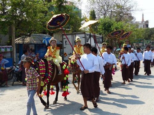Shin byu ou fête du noviciat dans un village traversé; suite;