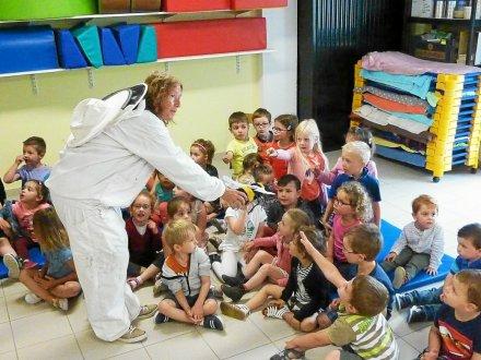 Christine a fait découvrir le monde des abeilles aux enfants.