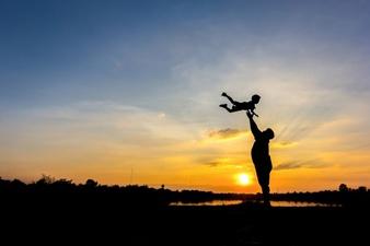 silhouette-du-pere-qui-jette-son-fils-dans-le-ciel-pere-et-fils-au-fond-du-coucher-du-soleil_1323-261.jpg (338×225)