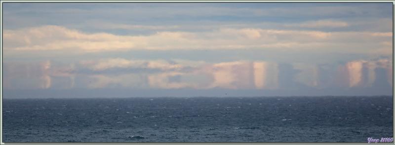 Effet mirage sur l'île Baffin (130 km de distance) vu de Dundas Harbour - Nunavut - Canada