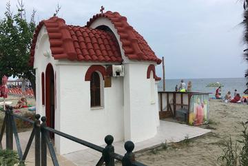 chapelle sur la plage de Paralia