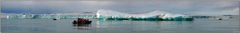 Glacier au front d'une incroyable couleur turquoise et iceberg non moins coloré - Bethune Inlet - Devon Island - Nunavut - Canada