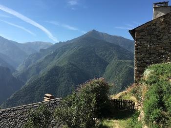 En face, la vallée de la Carança et à droite le pic de Gallinas