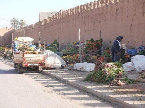 Marchand de légumes juste devant les remparts