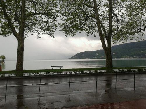 Le lac sous la pluie