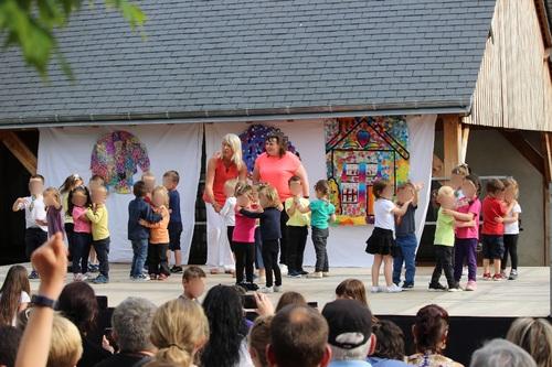 Une belle fête de l'école sur le thème des couleurs.
