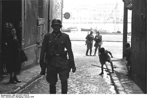 1943, France, Marseille, Des soldats allemands dans le quartier du Panier