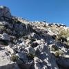 Les traces de sente remontent entre les rochers