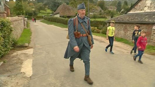 Patrick de Bièvre s'entraine pour sa longue marche avec son costume et son équipement / © France 3 Normandie
