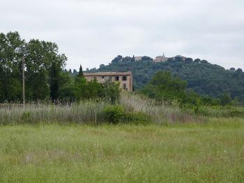 Une ferme abandonnée. Au fond, le village du Vieux Cannet