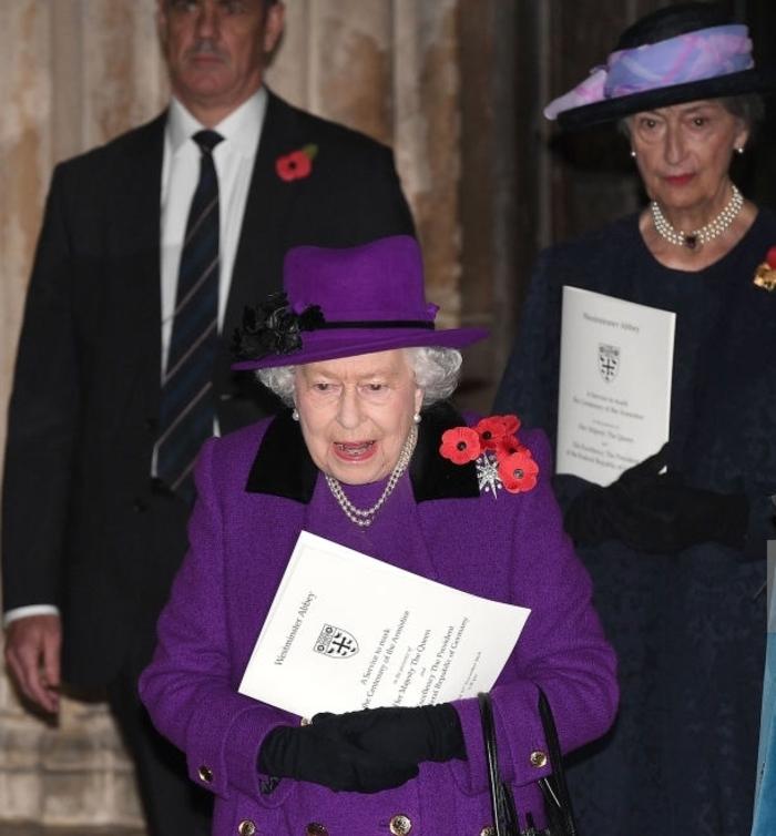 Une reine et une future reine en violet pour l'office