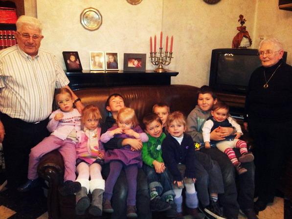 Vos serviteurs, Jean etHélène et leurs neuf arrière-petits-enfants.