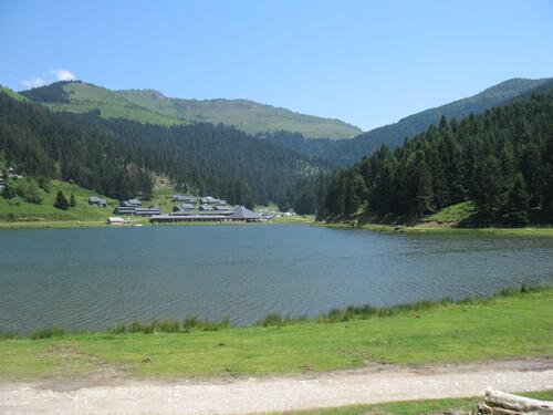 Le lac de Payolle avec au fond le col d'Aspin