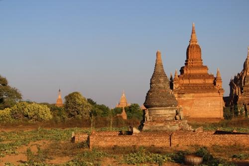 La plaine de Bagan, en calèche et au coucher de soleil