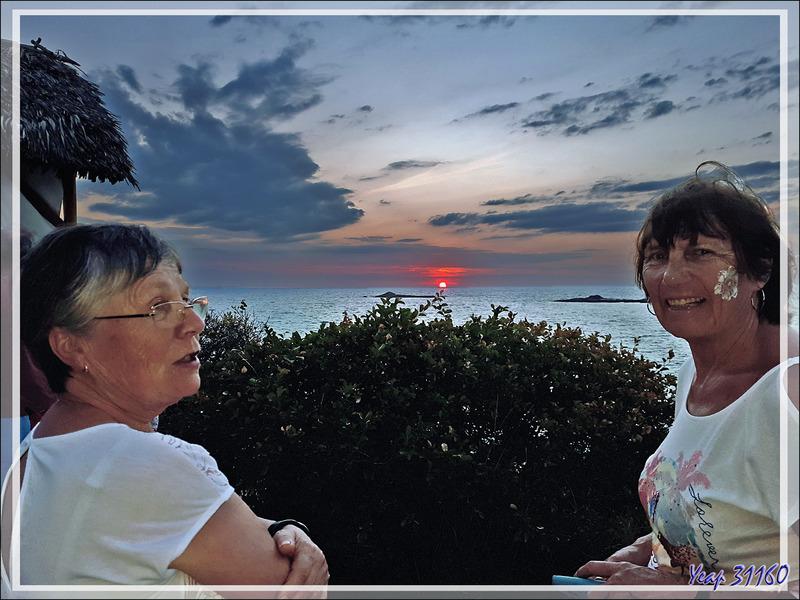 """Cocktail sur """"la colline"""" au coucher de soleil. Les dames ont droit à des fantaisies locales - Constance Tsarabanjina Resort - Archipel des Mitsio - Madagascar"""