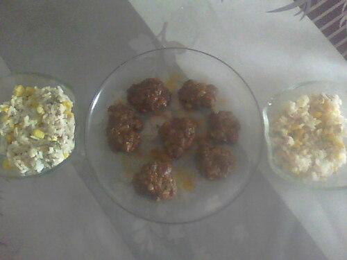 Kefta sauce rouge accompagné d'une salade de riz
