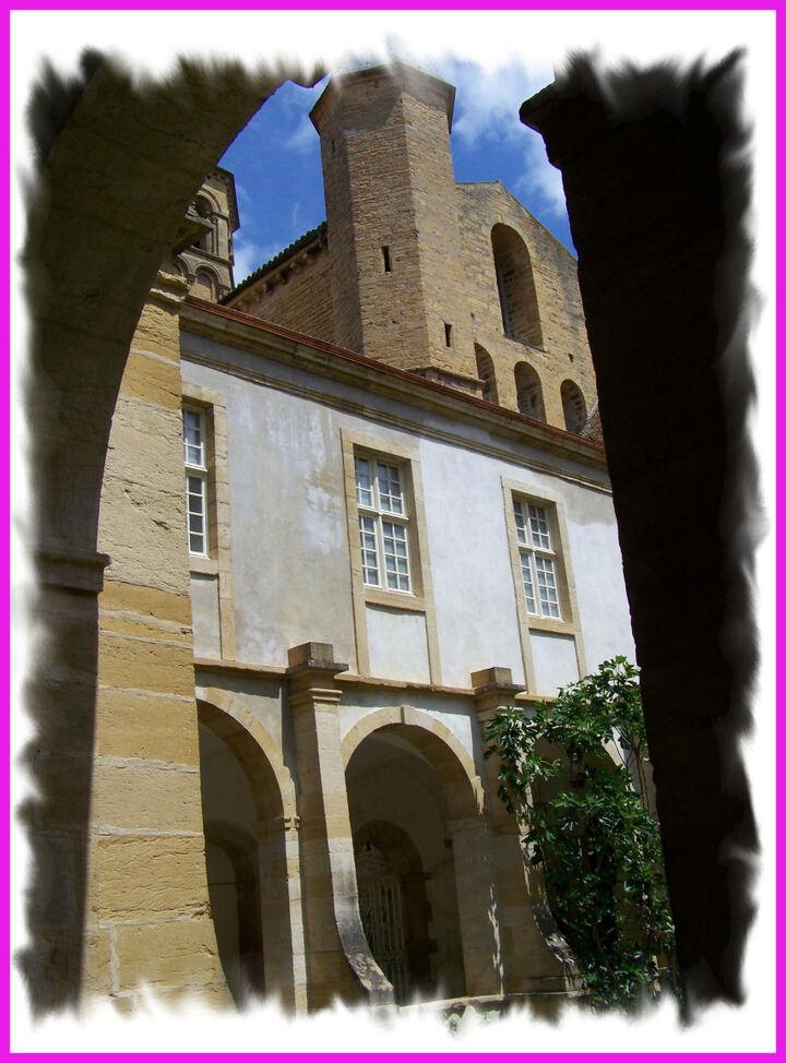 Le cloître de la basilique ...
