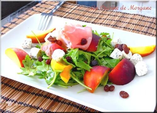 Salade de roquette, pêches, jambon et fromage frais