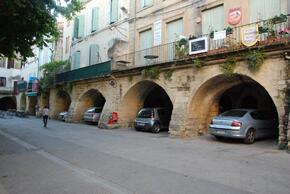 Anciennes arcades du pont romain qui supporte des habitations
