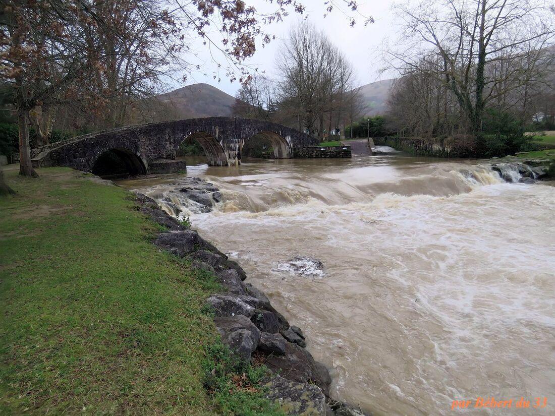 le pont d'Ascain sous la pluie
