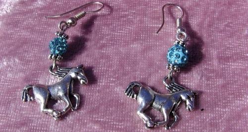 Boucles d'oreilles chevaux avec leurs perles shamballa turquoises