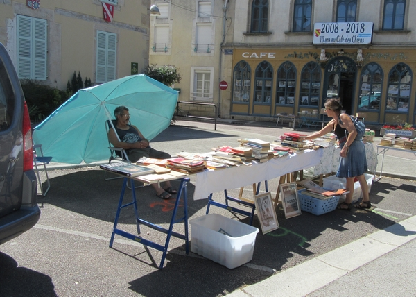 La bourse aux livres, vieux papiers, cartes postales timbres s'est tenue à  Laignes en juillet 2018