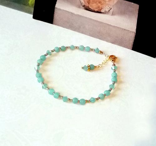 V2 - Bracelet pierre Amazonite vert d'eau 4mm et cristal de Swarovski / laiton doré