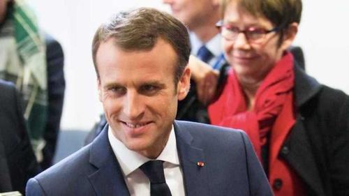 Macron « ne sort plus sans se maquiller tellement il est marqué »