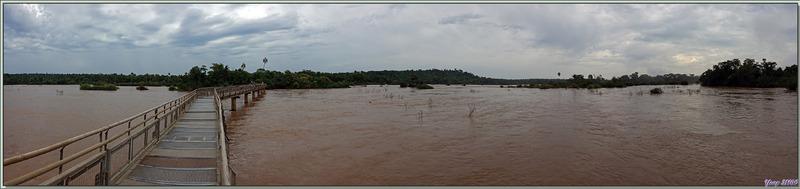"""De très longues passerelles surplombant les eaux rougeâtres du Rio Iguazu nous mènent d'île en île vers la """"Garganta del Diablo"""" - Puerto Iguazu - Argentine"""