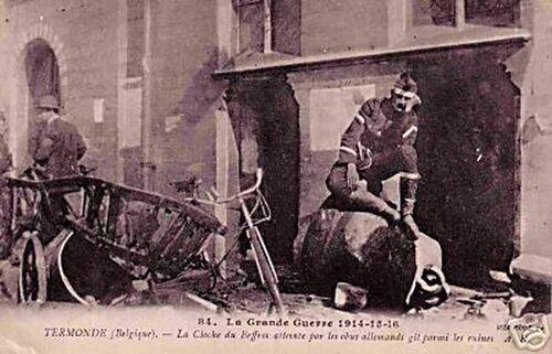 Dendermonde - soldat devant la cloche du beffroi atteinte par les obus allemands en 1914-16