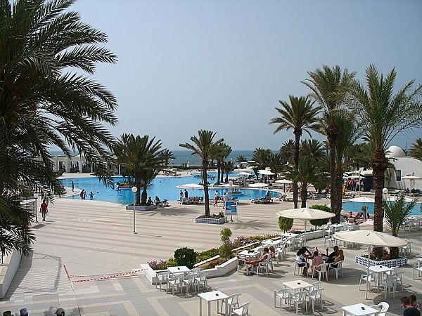 800px-Djerba el mouradi menzel hotel pool-1