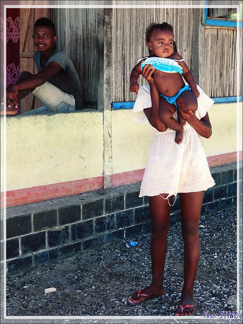Jeune maman, jeune papa et beau bébé ! - Nosy Mitsio - Madagascar