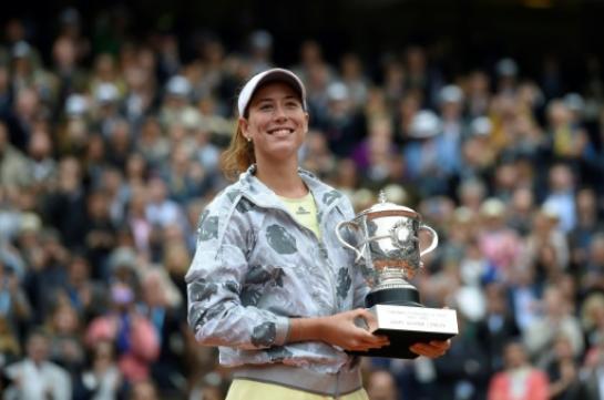 L'Espagnole Garbiñe Muguruza lauréate du Roland-Garros 2016 face à Serena Williams, le 4 juin à Paris